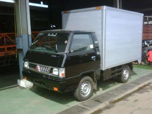 mobil box mitsubishi warna hiam putih